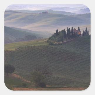 Haus im Nebelaufkleber Toskana morgens Quadratischer Aufkleber
