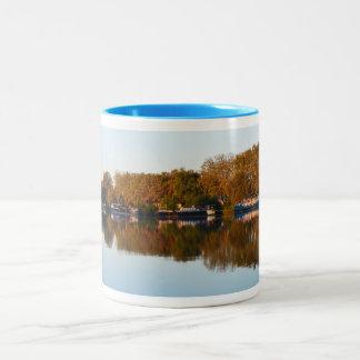 Hausboote auf dem Fluss Rhône Zweifarbige Tasse