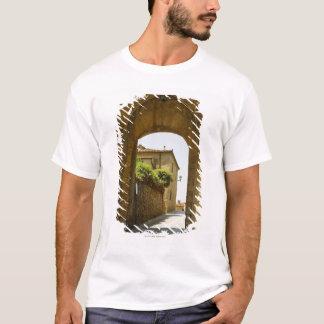 Häuser angesehen durch einen Torbogen, Porta T-Shirt