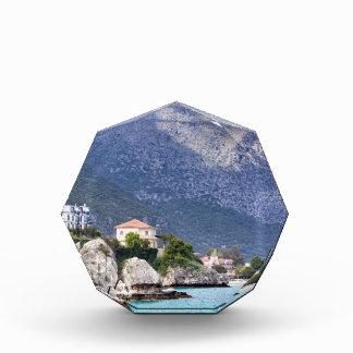 Hausfelsen und -berg in griechischem Meer Acryl Auszeichnung