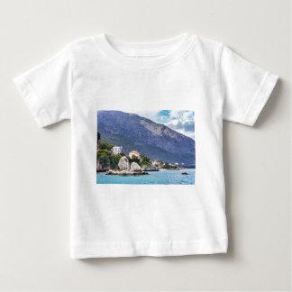 Hausfelsen und -berg in griechischem Meer Baby T-shirt
