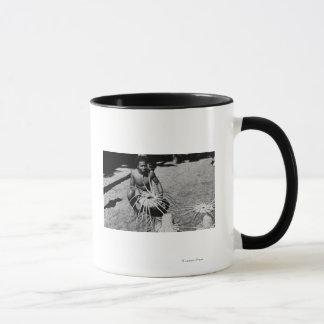 Hawaii - Mann, der Kokosnuss-Hut-Fotografie macht Tasse