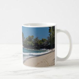 Hawaii-Strand mit Abdrücken im Sand Kaffeetasse