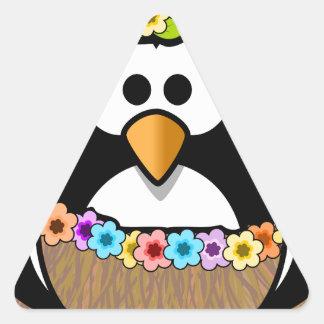 Hawaiischer Penguin mit Blumen und Grasrock Dreieckiger Aufkleber