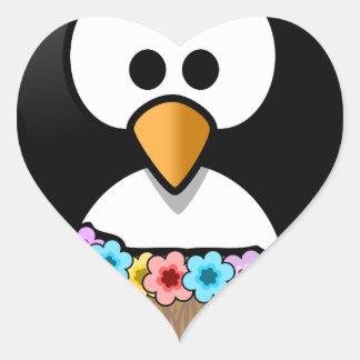 Hawaiischer Penguin mit Blumen und Grasrock Herz-Aufkleber