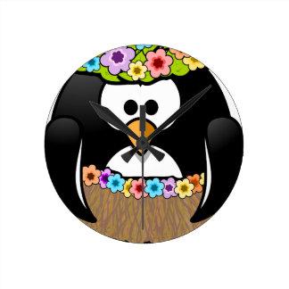 Hawaiischer Penguin mit Blumen und Grasrock Runde Wanduhr