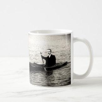 Hayek in einem Kajak Kaffeetasse