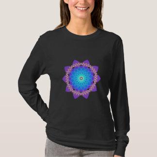 Heilige Blume in Blauem und in Malvenfarbenem T-Shirt