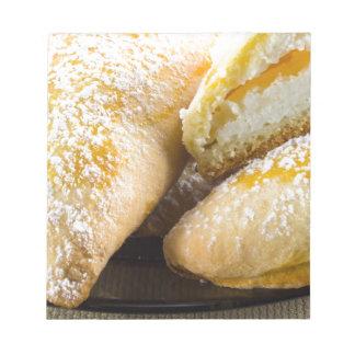 Heiße Kuchen mit dem Käseanfüllen Notizblock