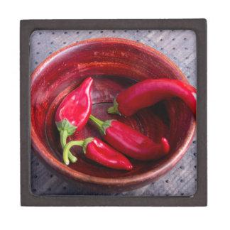Heiße rote Chili-Paprikaschoten auf einem Kiste