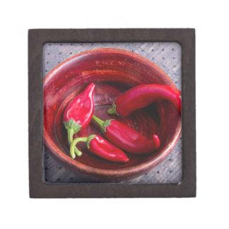 Heiße rote Chili-Paprikaschoten auf einem Schmuckkiste