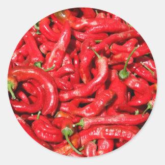 Heiße rote Chili-Paprikaschoten draußen im Sommer Runde Aufkleber