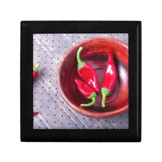 Heißer roter Pfeffer der Paprikas in einer braunen Geschenkbox