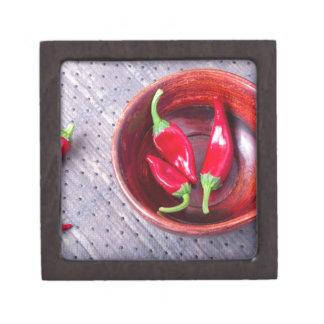 Heißer roter Pfeffer der Paprikas in einer braunen Kiste