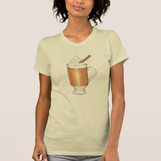 Heißes gebuttertes Rum-Getränk mit T-Shirt