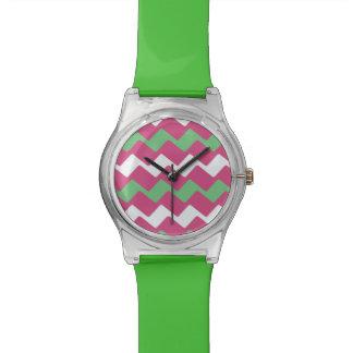 Heißes Rosa und grünes gewelltes Zickzack Uhr