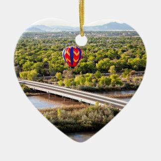 Heißluft-Ballon, der über dem Rio Grande im Ballon Keramik Ornament