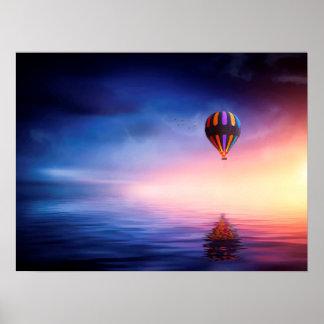 Heißluft-Ballon über Wasser am Sonnenuntergang Poster