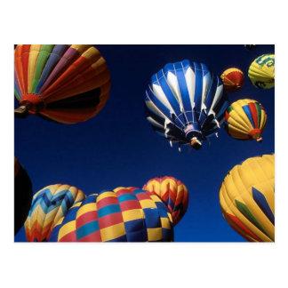 Heißluft-Ballone gesehen von unterhalb der Postkarte