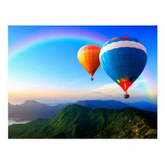 Heißluft-Ballone über Gebirgsregenbogen-Postkarte Postkarte