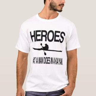 Helder, ein welcher Mann in einem Kajak tut T-Shirt