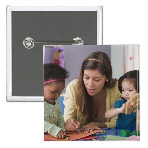 Helfende Kleinkindfarbe des Lehrers am Kindertages Anstecknadelbutton