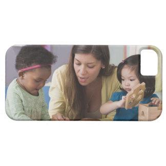 Helfende Kleinkindfarbe des Lehrers am Kindertages iPhone 5 Schutzhülle