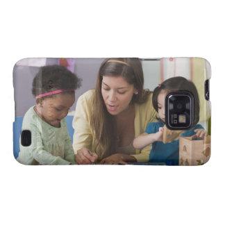 Helfende Kleinkindfarbe des Lehrers am Kindertages Galaxy S2 Hüllen