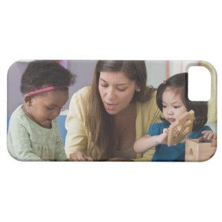 Helfende Kleinkindfarbe des Lehrers am Kindertages iPhone 5 Case