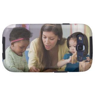 Helfende Kleinkindfarbe des Lehrers am Kindertages Galaxy S3 Hüllen