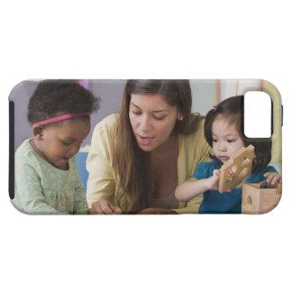 Helfende Kleinkindfarbe des Lehrers am Kindertages iPhone 5 Hüllen