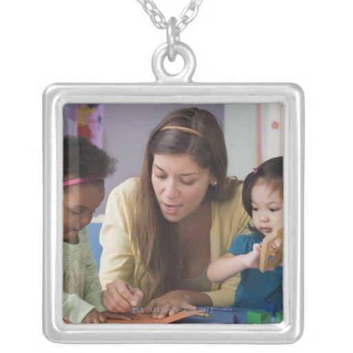 Helfende Kleinkindfarbe des Lehrers am Kindertages Personalisierte Halskette