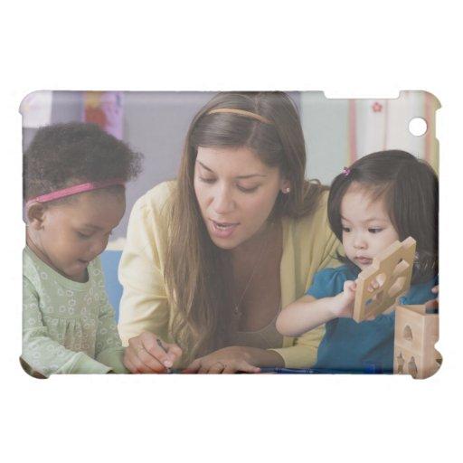 Helfende Kleinkindfarbe des Lehrers am Kindertages Hüllen Für iPad Mini