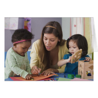 Helfende Kleinkindfarbe des Lehrers am Kindertages Grußkarte