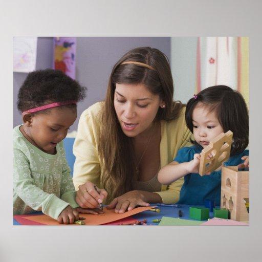 Helfende Kleinkindfarbe des Lehrers am Kindertages Posterdrucke