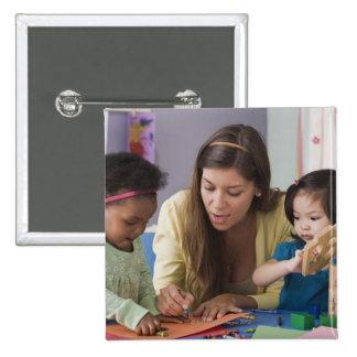 Helfende Kleinkindfarbe des Lehrers am Kindertages Quadratischer Button 5,1 Cm