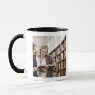 Helfender Student des Bibliothekars mit Forschung Tasse