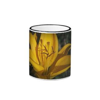 Hell als Sonnenschein-Gelb-Lilien-Tasse