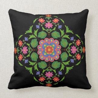 Hell farbiges BlumenRangoli Muster auf Schwarzem Kissen