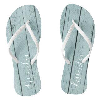 Hellblaues rustikales hölzernes personalisiertes flip flops