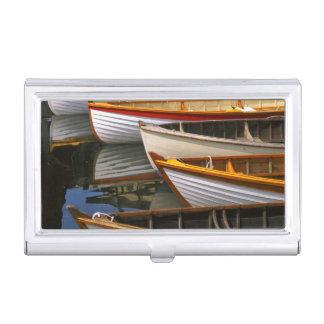 Helle farbige Boote am hölzernen Boot zentrieren Visitenkarten Etui