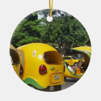 Helle gelbe Spaß-Cocotaxis von Kuba Keramik Ornament