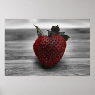 Helle rote Erdbeere auf B&W Foto-Plakat Poster
