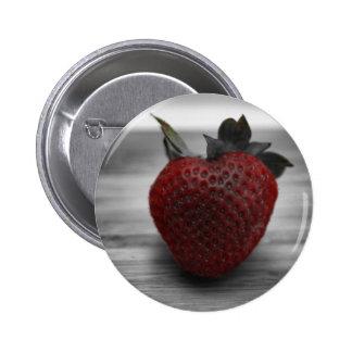 Helle rote Erdbeere auf Schwarzweiss Runder Button 5,7 Cm