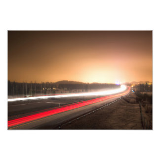 Helle Strahlen der Autos auf einer Landstraße Photodrucke