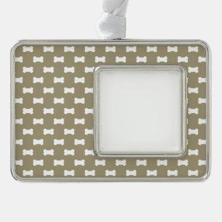 Helle weiße Hundeknochen auf kakifarbigem beige Rahmen-Ornament Silber