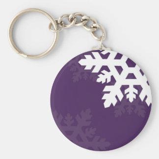 Helle, weiße Schneeflocken gegen Lila Schlüsselanhänger