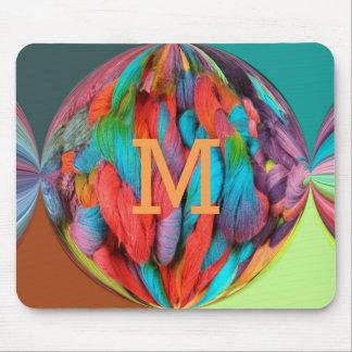 Heller Ball des Mehrfarbenmonogramms der Mousepad