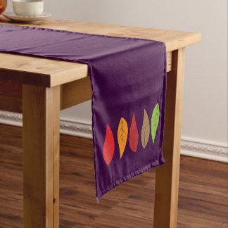 Heller farbiger Herbstlaub auf dunklem Lila Kurzer Tischläufer