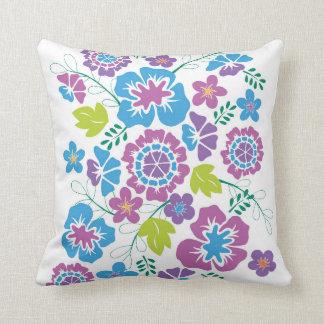 Heller, mutiger Blumenentwurf im blauen und Kissen